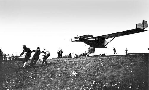 Запуск с помощью веревки планера «Аист» (Storch). Планер оснащен ракетным двигателем. 1928г.