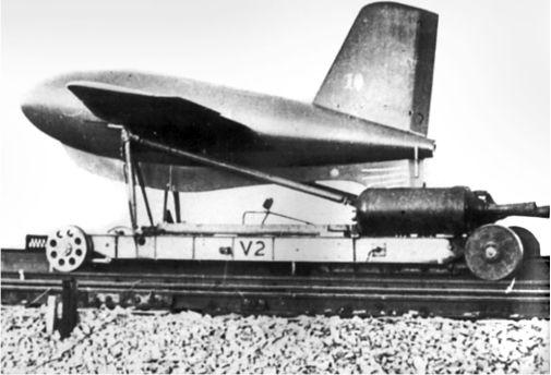 Пусковое устройство на рельсах для Me 163. Деревянный макет имел вес полностью загруженного Me 163B. Платформа приводилась в движение с помощью двух твердотопливных ракет. Из-за проблем с колесными подшипниками (высокий вес и высокая скорость) тестирование было приостановлено.