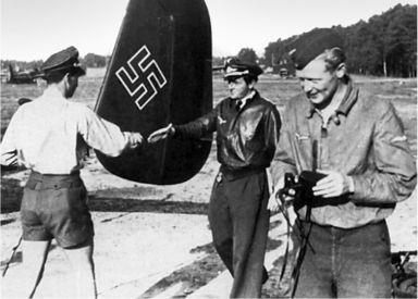 Майор Вальтер Новотны посещает EKdo 16 летом 1944 года. Слева направо, Новотны, Франц Рёсле и Курт Шибелер. Новотны был был сбит и погиб 8 ноября 1944г.