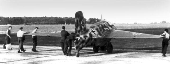 Me 163 на восточном конце взлетнопосадочной полосы готовится к взлету.