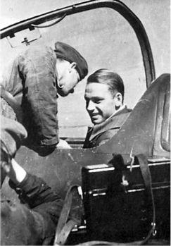 Лейтенант Рилл с механиком осматривают кабину.