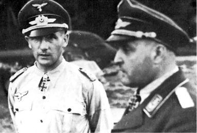 Визит одного из самых успешных немецких летчиков-истребителей, полковника Гордона Голлоба в Брандис. Рядом с ним, командир группы, капитан Роберт Олейник