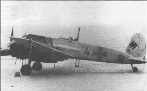 Знаменитой истребительной эскадре люфтваффе JG-51«.Мёльдерс» был придан противотанковый стаффель (13.(Pz.)/JG- 51), вооруженный штурмовиками Hs-129B. Самолеты стаффеля имели цветные бортовые номера, в данном случае цифра «4» скорее всего написана красной краской. Обычно в штурмовых стаффелях самолеты различались по индивидуальным буквам- литерам. Штурмовик окрашен во временный зимний камуфляж белого цвета, Россия, конец 1942 г. Обратите внимание на чехлы, которыми укрыты не только двигатели, но передняя часть фюзеляжа самолета.
