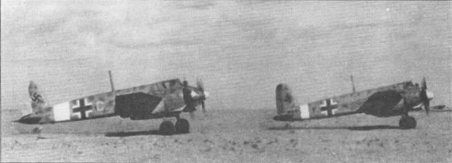 Пара штурмовиков Hs-129B-2 выруливает на взлет, Ливия. Обратите внимание на очень широкую белую полосу на фюзеляже левого самолета, в то же время нос этой машины в белый цвет не окрашен. Оба самолета окрашены по пустынной камуфляжной схеме люфтваффе (светло-голубой низ RLM78, верхние и боковые поверхности окрашены в желто-песочный цвет RLM65, по которому разбросаны пятна оливково-зеленого цвета RLM80); расположение пятен камуфляжа на самолетах не идентично.