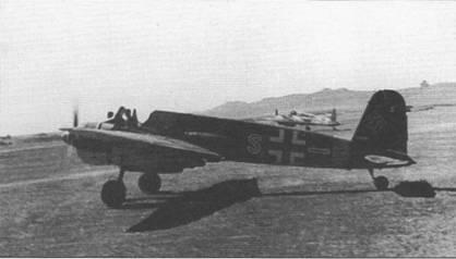 Штурмовик Hs-129B-2 (красная «S» W.Nr. 140508) из 8.(Pz.)/Sch.G-l готов к взлету, Крым, середина 1943 г. Летчики закрывали фонари кабин в теплое время года только при начале движения самолета. На руле направления видны две отметки об уничтоженных танках. Самолет Hs-129B-2 красная «S» W.Nr. 140508 был сбит советской зенитной артиллерией 16 июля 1943 г.