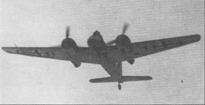 Штурмовик Hs-129В (CI+TI) проходит на малой высоте над германским аэродромом. Над полем боя штурмовики обычно действовали на высотах 15-18 м. Иногда самолеты с целью достижения внезапности заходили в атаку ниже верхушек крон деревьев.