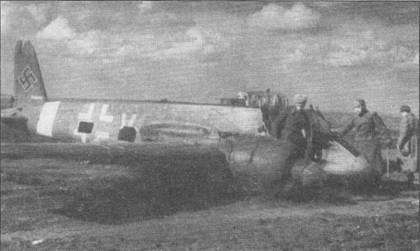 Штурмовик Hs-129B-2 W.Nr. 141279 был подбит огнем советской <a href='https://arsenal-info.ru/b/book/446510402/185' target='_self'>зенитной артиллерии</a> и совершил вынужденную посадку на территории, контролируемой Красной Армией. Самолет принадлежал Королевским ВВС Румынии, хотя и несет маркировку люфтваффе – румынские опознавательные не успели нанести до последнего боевого вылета данной машины. Когда Хеншель подбили, в его кабине находился немецкий советник румынских ВВС лейтенант люфтваффе Эберхард Шмалль. Шмаллю крупно повезло – от плена его спас стафф сержант Константин Георгеску. Георгеску посадил свой Hs-129 рядом с разбитой машиной Шмалля, после чего последний сумел втиснуться в самолет румына. Штурмовик взлетел па глазах у русских.