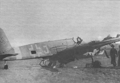 Советские офицеры осматривают штурмовик Hs-129B-2 («J», W.Nr. 141723), брошенный немцами на одном из венгерских аэродромов в конце 1944 г. Лючок доступа к радиостанции демонтирован (или оторван), сдвижная часть фонаря кабины также отсутствует, на правой плоскости крыла в районе мотогондолы видны значительные повреждения.