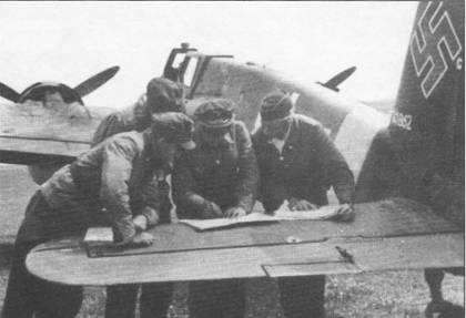 Летчики штурмовиков обсуждают предстоящий боевой вылет, разложив топографические карты на стабилизаторе самолета Hs-129B-2 голубая «М» W.Nr. 141862. Командир 12. (Pz)/ SG-9 гауптман Ганс-Гюнтер Маруфка летал на этой машине до своей гибели 11 июня 1944 г.