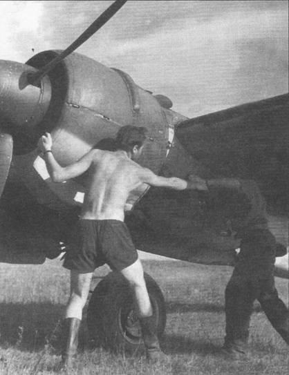 Два механика запускают левый мотор Хеншеля ручным инерционным стартером, лето 1943 г. Чаще всего двигатели Гном-Рон 14М запускались именно таким способом, что позволяло поддерживать наземный персонал в хорошей физической форме.