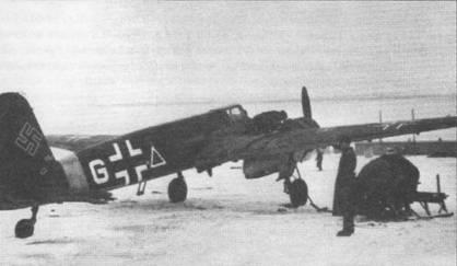 Технический персонал готовит штурмовик Hs-129B-2 белая «G» W.Nr. 0366 к боевому вылету а заснеженном русском аэродроме, конец 1943 г. Самолет принадлежал 4.(Pz)/Sch.G-l, действовавшему на южном флаге советско-германского фронта. Обратите внимание на черный с белой каймой треугольник, нарисованный на борту фюзеляжа – символ самолетов непосредственной авиационной поддержки наземных войск. К концу 1943 г. треугольник постепенно переставали рисовать на фюзеляжах штурмовиков.