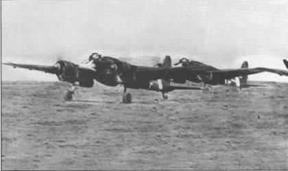 Пара самолетов Hs-129 В-2 заруливает на стоянку после боевого вылета, Восточный фронт. На фюзеляже первого самолета перед козырьком кабины нанес пехотный штурмовой знак, на руле направления едва заметны отметки о двух уничтоженных танках.