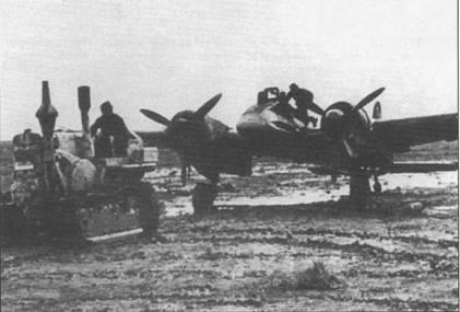 Трофейный советский трактор тащит Хеншелъ Hs-129B-2 из 10.(Pz)/SG-9 по грязи аэродрома в Виннице, Украина, весна 1944 г. Осенью и весной полевые аэродромы на Восточном фронте приходили в полную негодность. Русские называют эти периоды словом «rasputitsa», что в вольном переводе с английского звучит как «время бездорожья».
