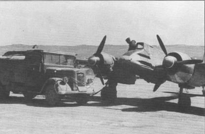 Технический персонал перекачивает горючее из бензозаправщика Опель в левый крыльевой топливный бак штурмовика Hs-129B-2. Каждый крыльевой топливный бак самолета имел емкость 205 л, фюзеляжный – 200 л. Двигатели работали на авиационном бензине В-4 с октановым числом 87. Дальность полета составляла 680 км.