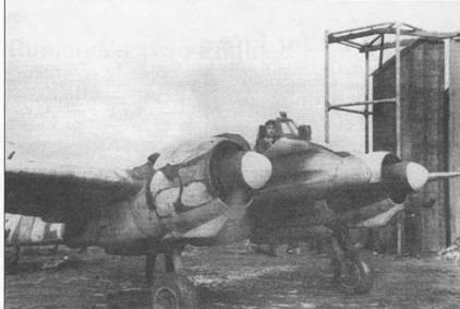 Летчик самолета Hs-129 В-2 прогревает двигатели перед взлетом, Буковина, весна 1944 г. Самолет принадлежал 10.(Pz)/SG-9. Обратите внимание на полу облезшую белую зимнюю окраску, из-под которой проступает стандартный темно-зеленый/черно-зеленый камуфляж Хеншеля.
