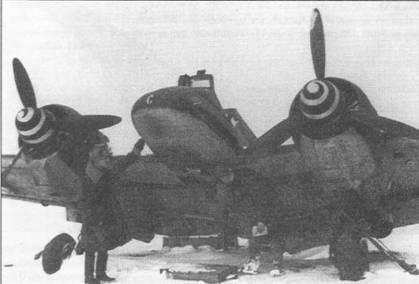 Советские офицеры инспектируют выведенный немцами из строя при отступлении штурмовик Hs-129B, аэродром Позен (Познань), Польша, февраль 1945 г. Один из офицеров заинтересовался подфюзеляжной 30-мм пушкой МК-101. Коки воздушных винтов самолета окрашены в черно-зеленый цвет (RLM70, FS34050), белая спираль, нарисованная поверх черно-зеленой окраски служила для быстрой идентификации в воздухе.