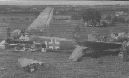 Отступавшие немецкие войска успели взорвать штурмовик Hs-129B-2 белая «1» W.Nr. 141862 до того, как на аэродроме появились американцы, 1945 г. На заднем плане заметны обломки истребителя Bf. 109G из эскадры JG-52. Руль направления штурмовика, скорее всего, окрашен в темно-желтый цвет. Желтая полоса-кольцо на фюзеляже закрашены.