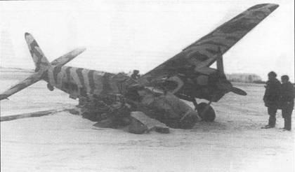 Внезапным ударом по аэродрому Тотендорф (Польша, ныне Вагрович) 22 января 1945 г. советские наземные войска вывели из строя почти всю материальную часть 13.(Pz.)/SG-9. К <a href='https://arsenal-info.ru/b/book/3332417759/12' target='_self'>безвозвратным потерям</a> пришлось отнести 13 из 16 штурмовиков стаффеля, в том числе и три Hs-129B-3. На сделанном 23 января снимке два бойца Красной Армии осматривают полуразбитый Hs-129B- 2 W.Nr. 141537. Обратите внимание на своеобразный зимний камуфляж – беспорядочные белые полосы поверх стандартной двухцветной окраски.