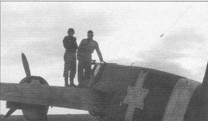 Летчик (скорее всего германский инструктор унтер офицер Гроб) и механик сфотографировались на память на крыле Хеншеля Hs-129B-2 из 60-й ударной эскадрильи ВВС Румынии. Под фюзеляжем самолета подвешены четыре 50-кг бомбы SC-50. Гроба объявили пропавшим без вести после того, как он не вернулся из боевого вылета 21 октября 1943 г.