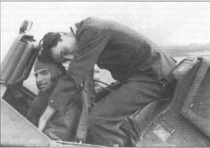 Штурмовик Hs-129B-2 No.327 W.Nr. 141263 2-го лейтенанта Лазаря Мунтяну был сбит над советской территорией 11 октября 1943 г. Летчик сумел посадить подбитую машину, рядом с ним приземлился самолет сержанта Думитру Маринеску. Мунтяну влез в кабину Хеншеля, после чего Маринеску взлетел. Снимок сделан после посадки «двухместного» Hs-129B-2 на аэродром базирования. Обратите внимание в каком положении «путешествовал» 2-й лейтенант. Известны случаи, когда сбитых товарищей привозили в фюзеляжном отсеке радиоаппаратуры.