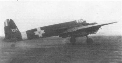 Румынский Хеншель Hs-129B-2 No. 328 W.Nr. 141277 выруливает на старт, лето 1943 г. Под крылом самолета подвешены 50-кг бомбы SC-50. Бомбы снаряжались щупами, которые инициировали подрыв бомбы на небольшом расстоянии от грунта, обеспечивая тем самым больший поражающий эффект. Самолет No. 328 принадлежал 60-й ударной эскадрильи ВВС Румынии. 15 октября 1943 г. этот самолет совершил посадку на брюхо с убранными шасси, после чего был отправлен на ремонт в Германию.