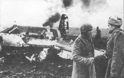 Советский офицер поздравляет командира расчета зенитного орудия, сбившего 11 октября 1943 г. самолет 2-го лейтенанта Мунтяну (Hs-129B-2 No.327 W.Nr. 141263). Перед «крестом Михая» на борту фюзеляжа Хеншеля написана фраза «НАIFETITO» («Общая милашка»). Под номером «327» на киле нарисован череп с костями.