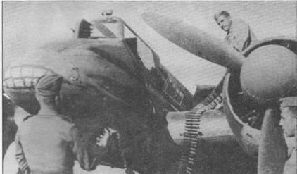 Снаряжение боекомплекта к 20-мм автоматической пушке MG-151/20 штурмовика HS-129B-2 (вероятно No.226 W.Nr.141244). В носовой части фюзеляжа изображена довольно абстрактная зубастая пасть. 125-патронная лента снаряжалась вперемежку бронебойными, зажигательными и разрывными патронами. Тип патронов определялся по цвету кончика пули.