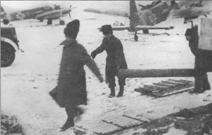 Технический персонал румынских ВВС за работой, аэродром Николаев, Украина, начало ноября 1943 г. На заднем плане стоят самолеты Hs-129B- 2 No. 118а W.Nr. 141122 и No.226а W.Nr. 0233. Буквы «а» рядом с номерами самолетов говорят о том, что это уже вторые в ВВС Румынии штурмовики с такими номерами, «оригиналы» не вернулись из боевых вылетов. Обратите внимание на румынские папахи – caciula.