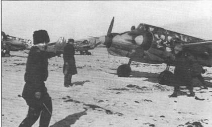 Самолеты из 42-й ударной эскадрильи румынских ВВС готовы к боевому вылету, южная Украина, начало 1944 г. Обратите внимание на зимнюю камуфляжную окраску румынского штурмовика.