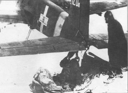 Ремонт хвостового колеса штурмовика Hs-129B-2 No.120а W.Nr. 140715), Николаев, ноябрь 1943 г. В качестве «рабочей платформы» механики постелили на снег брезент.