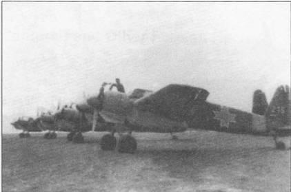 Четыре самолета Hs-129B-2 Королевских ВВС Румынии выстроены в линию на полевом аэродроме юга России. На переднем плане – Hs-129B-2 No.215 W.Nr. 140719, который был потерян 25 октября 1944 г. в результате летного проиcшествия на аэродроме Сомесени, Трансильвания. Киль, видимый за килем переднего Хеншеля, принадлежит транспортному самолету Ме-323 «Гигант».