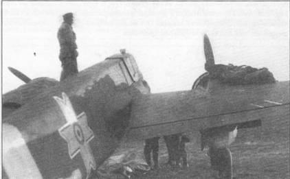 Подготовка румынского Хеншеля Hs-129B-2 к боевому вылету, начало 1944 г. Чехлы с двигателей только начали снимать. Хорошо виден опознавательный знак ВВС Румынии в мае 1941 – августе 1944 г.г.: «крест Михая».