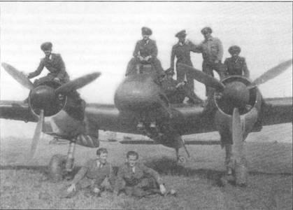 Курсанты Flugzeugfuhrerschule С (школа летчиков категории С) позируют на фоне Hs-129B-1, аэродром Кросно, Польша, апрель 1944 г. В этой школе переучивались на штурмовики Hs-129B и румынские летчики. Обратите внимание на узлы подвески для четырех бомб под нижней частью фюзеляжа.