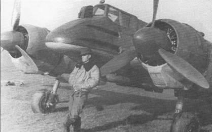 Сержант Трифан Булхач позирует на фоне Hs-129B-1 No.100 W.Nr. 141879 с подвешенными бомбами SC-50, осень 1944 г. После перехода Румынии на сторону союзников кресты Михая и желтые идентификационные признаки (носы, полосы-кольца, законцовки) авиации Оси на Восточном фронте закрашивались темно-зеленой или светло-голубой красками.