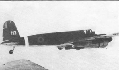 Снимок румынского Хеншеля Hs- 129В-2 в полете сделан с другого штурмовика того же типа над Венгрией в начале 1945 г. Под крылом и фюзеляжем Хеншеля подвешены бомбы. Оба самолета принадлежали 8-й авиагруппе штурмовиков и пикирующих бомбардировщиков ВВС Румынии, на вооружении группы также находились пикирующие бомбардировщики Ju-87. Белые полосы вокруг фюзеляжа и опознавательные знаки в виде кокард цветов национального флага наносились на румынские самолеты, действовавшие под советским командованием.
