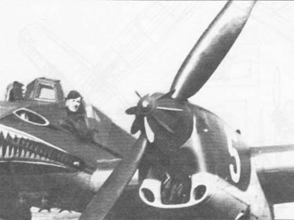 Летчик выглядывает из кабины самолета Hs-129A-0 белая «5» (W.Nr. 3005, GM+OB). С помощью крыльчатки на коке двухлопастного воздушного винта «Аргус»регулируется шаг лопастей. Ниже кока винта виден канал воздухозаборника маслорадиатора, два небольших отверстия по бокам воздухозаборника маслорадиатора предназначены для подвода воздуха к двигателю Аргус As- 410А-1. Такая же винто-моторная группа использовалась на самолетах-разведчиках Фокке-Фульф Fw-189.