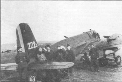 Летчики и техники позируют на фоне штурмовика Hs-129 В-2 No. 222b, авиабаза Люченец, Словакия, февраль 1945 г. За стабилизатором стоят летчики: Иона Логофату, Виктор Думбрава, Василе Паску и Василе Ангел. Руль направления этой машины – полосатый, красно-желто-голубой; насколько известно больше самолетов Hs-129B с такой окраской рулей направления в румынской авиации не имелось.