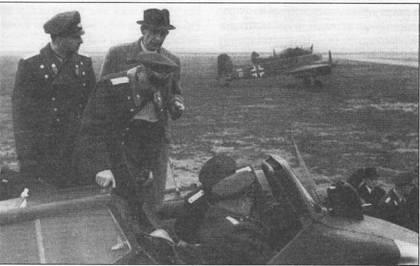 Болгарский летчик-испытатель занял место в кабине Хеншеля Hs-129 В-2. Снимок сделан в октябре 1943 г. во время визита делегации ВВС Болгарии в Германию. Рядом с кабиной стоят еще три болгарских офицера и немецкий летчик- инструктор. Болгария изучала возможность принятия на вооружение своих ВВС самолетов Hs-129 В, но в конечном итоге выбор был сделан в пользу пикирующих бомбардировщиков Ju-87.