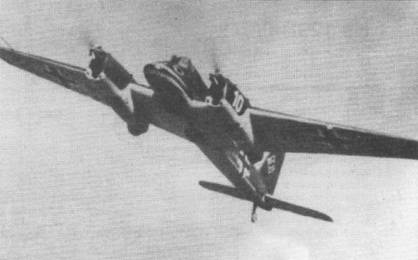 В полете – Hs-129А-0 (GM+OG, W.Nr. 3010), десятый предсерийный самолет, построенный по заказу люфтваффе. Крокодильи морды на носах фюзеляжей «Антонов» были нарисованы, когда учебное подразделение Хеншелей базировалось на аэродроме Париж-Орли во Франции. Номер «10» на капоте двигателя – белого цвета.