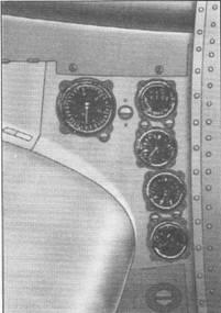 Приборы на левой мотогондоле. Крайний слева-указатель оборотов, остальные сверху вниз: указатели топлива, температуры масла, давления топлива, давления масла.