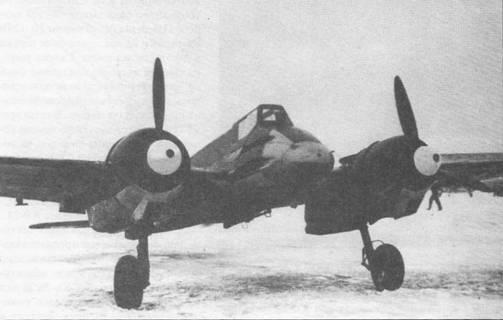 Хеншель Hs-129B сфотографирован на заснеженном зимнем аэродроме где-то в Советском Союзе. В передней части фюзеляжа установлены две 20-мм автоматические пушки MG-151/20, ниже них – пулеметы MG-17 калибра 7,92 -мм. Под фюзеляжем может быть подвешена <a href='https://arsenal-info.ru/b/book/1636210078/194' target='_self'>30-мм пушка</a> МК-101.