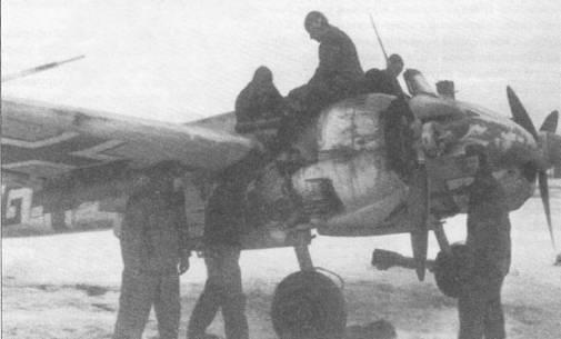 Механики люфтваффе заняты ремонтом левого двигателя Гном-Рон 14М штурмовика Hs- 129В, Восточный фронт, начало 1944 г. Обратите внимание на длинный выхлопной патрубок двигателя. С трехлопастного воздушного винта Ратье снят кок. Под плоскостью подвешена 50-кг бомба SC-50, другие бомбы, видимо, не успели подвесить – они валяются в снегу под самолетом.