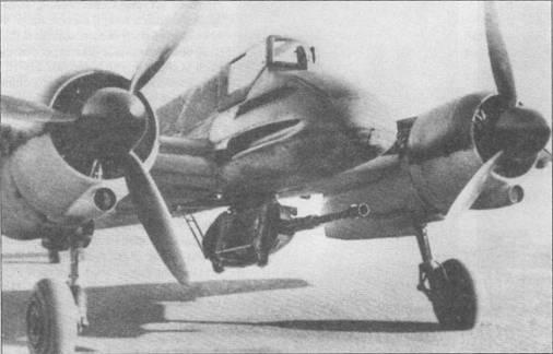 Хеншель Hs-129B-1 раннего выпуска с подвешенной под фюзеляжем 30-мм пушкой МК-101. Для обслуживания вооружения гондола с пушкой могла на петлях откидываться влево. Оружейники пока не успели установить в гондолу стандартный магазин на 30 бронебойных снарядов.