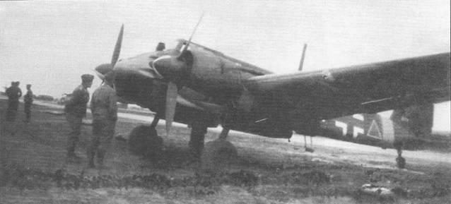 Летчики люфтваффе осматривают один из первых самолетов Hs-128B-1 (W.Nr. 0175), прибывших на Восточный фронт. Обратите внимание на треугольник (черный с белой каймой), нанесенный в хвостовой части фюзеляжа – так маркировались самолеты непосредственной поддержки сухопутных войск. Данная машина принадлежала Stab II./Sch.G.l. Кок винта окрашен в черный и белый цвета, так красились коки воздушных винтов на самолетах, приписанных к штабам групп. Еще до отправки на Восточной фронт самолет W.Nr. 0175 совершил 23 августа 1942 г. вынужденную посадку из-за отказа двигателя на аэродроме Липпштадт в Германии.