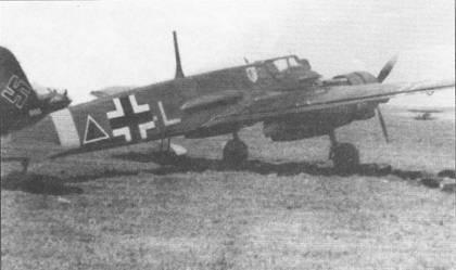 Хеншель Hs-129B-1 желтая «L» (W.Nr. 0155) из 6./Sch.G. 1, Восточный фронт, май 1942 г. Эмблема стаффеля нанесена на фюзеляж непосредственно за фонарем кабины пилота. Под левой плоскостью крыла на траве лежат готовые к подвеске на самолет 50-кг бомбы. Штурмовик Hs-129B-1 W.Nr. 0155 был сбит огнем советской <a href='https://arsenal-info.ru/b/book/446510402/185' target='_self'>зенитной артиллерии</a> в районе Волчанска 24 июня 1942 г. На фюзеляже установлена характерная для Hs-129B моделей «В-0» и «В-1» мачта для крепления натяжной радиоантенны.
