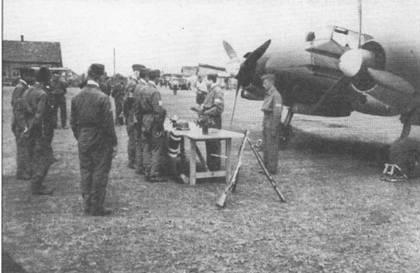 Церемонию награждения отличившихся летчиков проводит командир II./ Sch.G. 1 оберлейтенант Бруно Мейер. Действо происходит под сенью Hs-129B- 1, осень 1942 г. Группа поддерживала немецкие сухопутные войска, наступавшие на Сталинград.