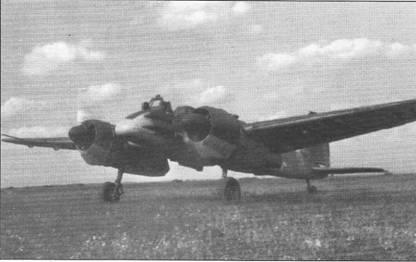 Гонка двигателей штурмовика Hs-129B-2 перед взлетом, Восточный фронт. Обычная для самолетов модели «В-1» ранних выпусков посадочная фара под левой плоскостью крыла на этой машине отсутствует, фары перестали устанавливать на Hs-129B-1 поздних выпусков. Установленная ближе к законцовке правой плоскости крыла трубка Пито монтировалась на самолетах Hs- 129 всех модификаций.