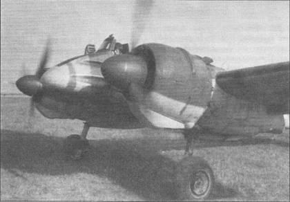 Летчик проверяет работу двигателей своего Hs-129B-2 перед очередным боевым вылетом, Восточный фронт. Нос фюзеляжа штурмовика окрашен желтой краской (RLM27, FS33637), перед козырьком фонаря кабины нанесена черная антибликовая полоса. Обратите внимание на рамочную антенну радиокомпаса, установленную на фюзеляже за кабиной летчика.