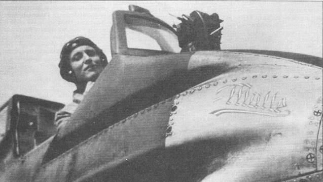 Собственные имя давались штурмовикам Hs-129 крайне редко. На снимке – самолет с таким именем: «Mulle». Название машины написано белой краской на фоне желтого носа фюзеляжа. Обратите внимание на смонтированный перед козырьком кабины пилота прицел Реви С/С 12, в тесной кабине место для установки прицела не осталось. На некоторых штурмовиках (в том числе и на этом) на козырьке кабины монтировали зеркало заднего обзора.