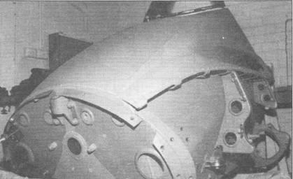 В носовой части фюзеляжа штурмовика Hs-129 размещалась бронекапсула, защищавшая летчика от обстрела. Толщина бронекорпуса варьировалась от 6 до 12 мм. Круглые отверстия в лобовой стенке бронекапсулы предназначены для подсоединения воздуховодов системы обогрева кабины. На снимке – бронекапсула штурмовики Hs-129B-2 W.Nr. 0385, захваченного американцами в Северной Африке в 1943 г. Самолет был испытан в США, после чего утилизирован. Бронекапсула каким-то образом уцелела и, в конечном итоге, попала к австралийскому частному коллекционеру Мартину Меднису.